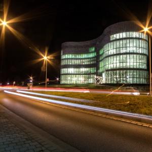 Das Kommunikations- und Medienzentrum der Universität bei Nacht
