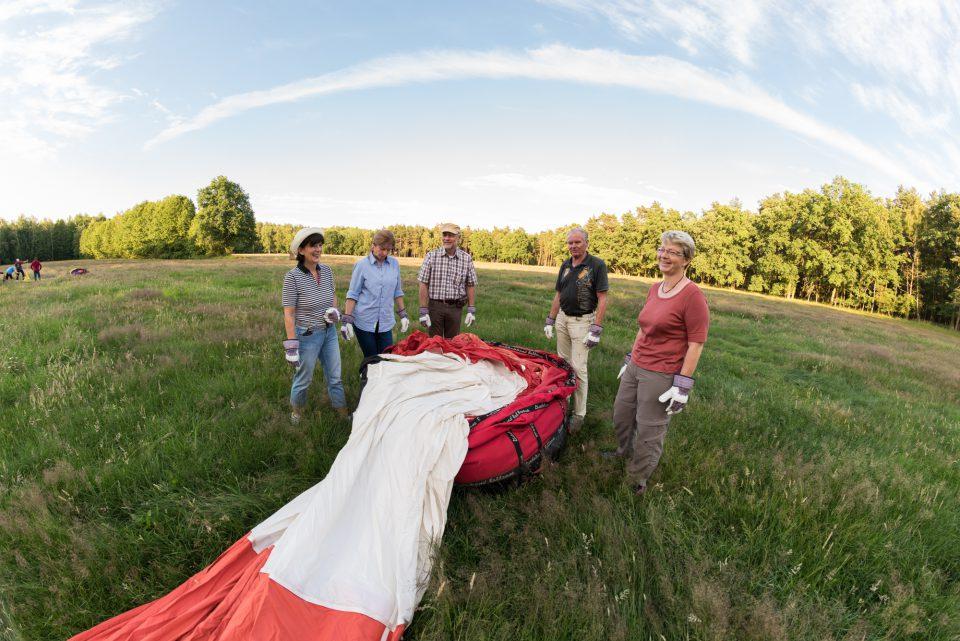 Wer hoch hinauf will, muss am Boden dafür etwas tun. Daher dürfen die Gäste beim Entfalten der Ballonhüller tatkräftig mit Hand anlegen.
