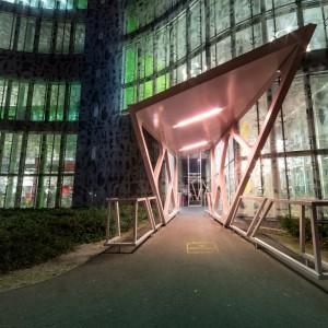 Der Eingang zum Kommunikations- und Medienzentrum der Universität bei Nacht