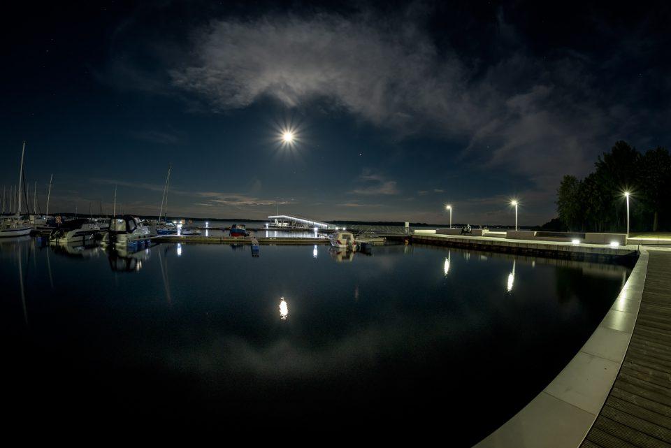 Der Hafen in Senftenberg bei Nacht